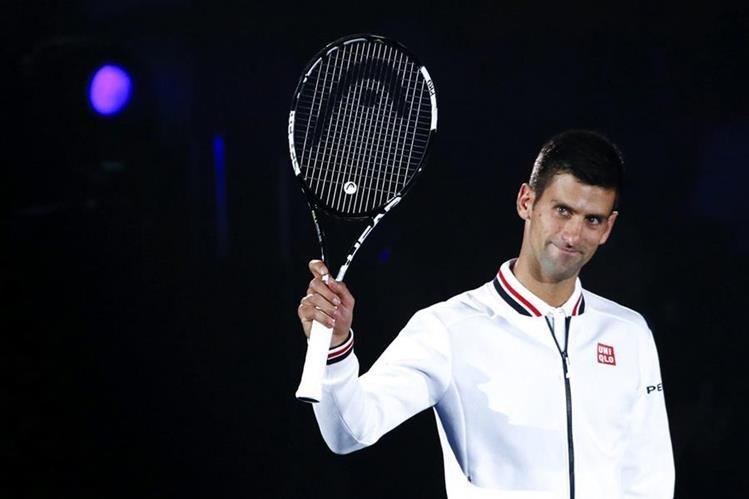 El tenista serbio Novak Djokovic saluda al público antes del partido de exhibición. (Foto Prensa Libre: EFE)