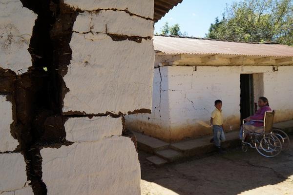 <p>Las casas de la aldea Siquival están a punto de caer a causa del terremoto de 7.2 grados que azotó a Guatemala, el pasado 7 de noviembre. (Foto Prensa Libre: Mynor Toc)<br></p>