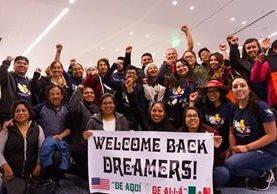 """Un grupo de """"dreamers"""" se reúne con familiares y amigos en el Aeropuerto Internacional de Los Angeles después de haber pasado un mes en Mexico. (Foto Prensa Libre: EFE)."""