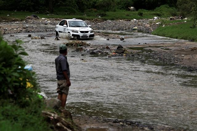 Taxistas usan el camino vecinal para conectarse con rapidez de Boca del Monte a la zona 21 y 12 capitalina. (Foto Prensa Libre: Carlos Hernández)
