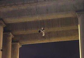 El hombre apareció colgado del puente La Concordia, barrio Acatitla, delegación Iztapalapa.(Foto Prensa Libre: AP).