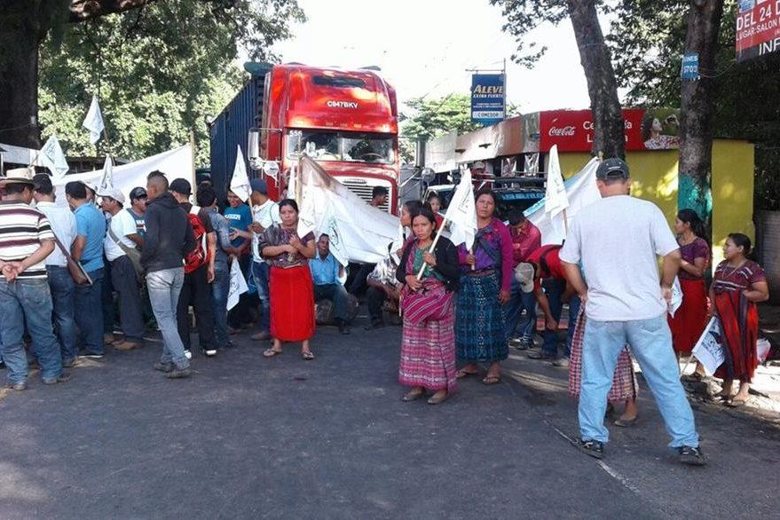 Manifestantes mantienen bloqueado el paso de vehículos en el km 113 de la ruta a suroccidente, Cocales, Suchitepéquez. (Foto Prensa Libre: Melvin J. Popá)