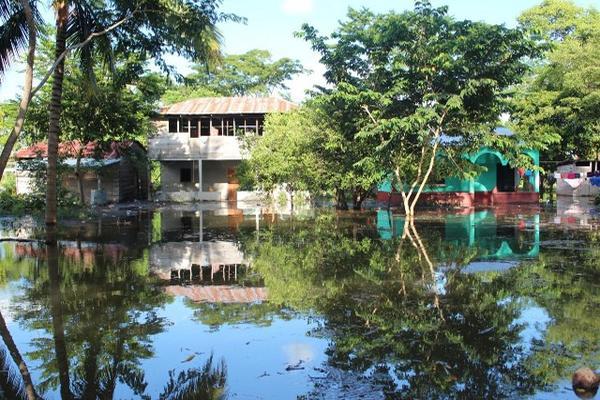 """<p>Los desbordes de los ríos La Pasión y Usumacinta causaron que varias comunidades quedaran anegadas, por lo que residentes tuvieron que ser evacuados a terrenos más altos. (Foto Prensa Libre: Rigoberto Escobar).<br _mce_bogus=""""1""""></p>"""