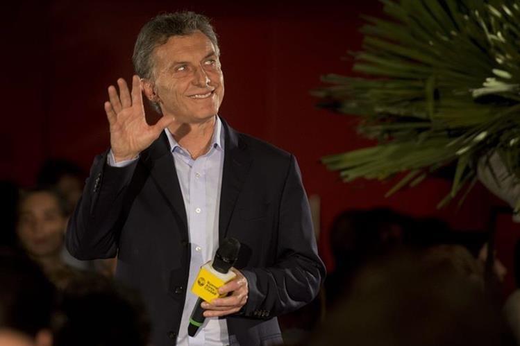 Después de haber quedado segundo en las elecciones de la primera vuelta del pasado 6 de septiembre, Mauricio Macri, ha pasado a encabezar los sondeos. (Foto Prensa Libre. AFP).