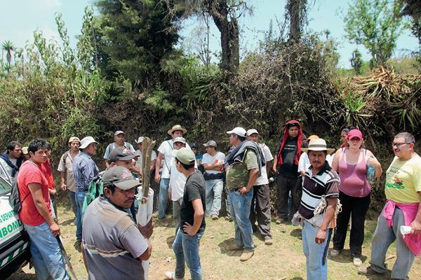 Grupo de pobladores que fue asaltado cuando ascendía el Volcán de Agua, en Santa María de Jesús, Sacatepéquez.