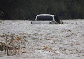 Este es el picop que conducía el hombre y que quedó atrapado a medio río. (Foto Prena Libre: Mario Morales)