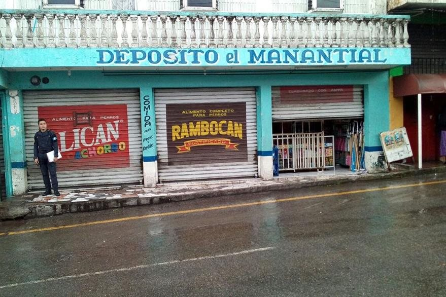 La víctima mortal de un ataque en la zona 21, atendía el depósito de artículos básicos El Manantial. (Foto Prensa Libre: Erick Ávila)