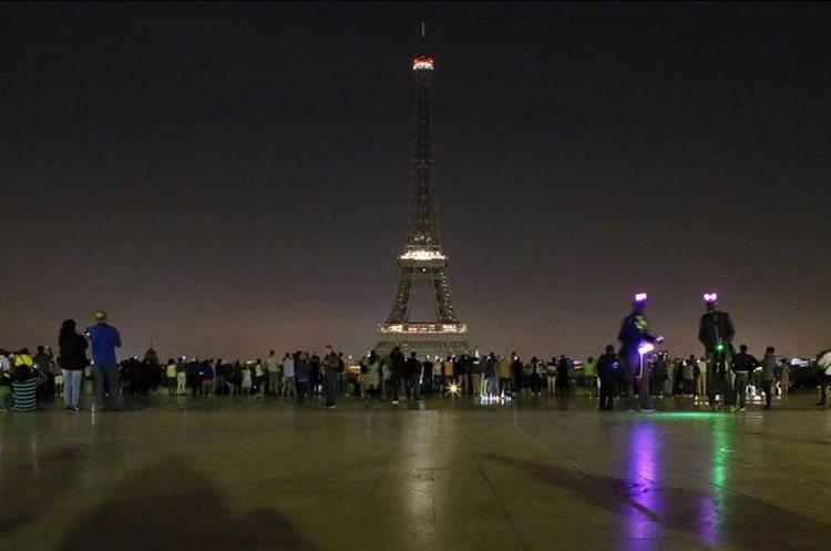 Francia rinde homenaje a las víctimas del atentado con apagón simbólico de la torre parisina Eiffel. (AP).