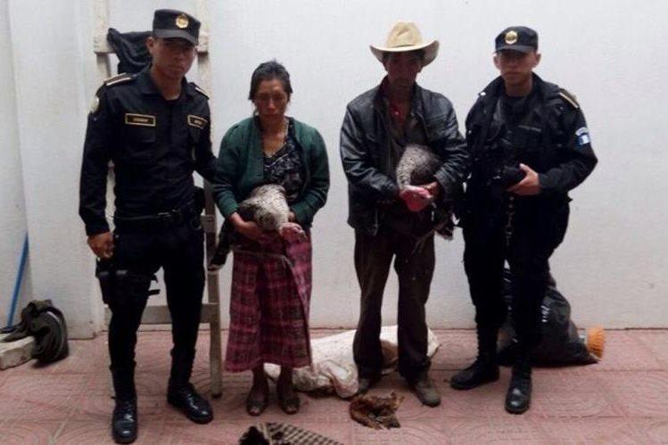 Los dos presuntos delincuentes capturados en San Andrés Xecul, Totonicapán. (Foto Prensa Libre: Édgar Domínguez).