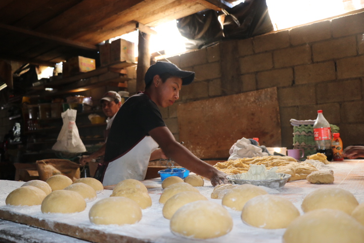 Dos jóvenes de la familia González de Quichè preparan el pan en hornos artesanales. (Foto Prensa Libre: Héctor Cordero)
