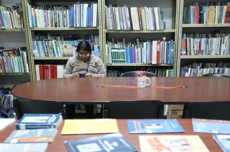 La biblioteca de la PDH tiene más de 25 años de funcionar. (Foto Prensa Libre: Ana Lucía Ola)