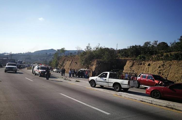 Accidente afecta tránsito en ruta Interamericana. (Foto Prensa Libre: Mynor Toc)
