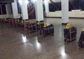 Agentes antinarcóticos de la PNC contabilizan droga incautada en el Pacífico. (Foto Prensa Libre: PNC)