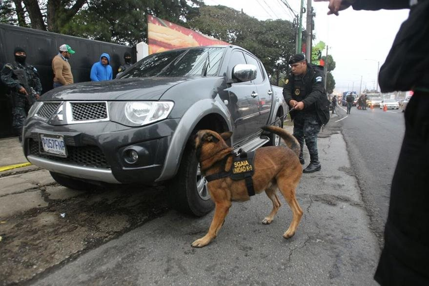 Segundo carro inspeccionado por sospechas de ilícitos ocultos. (Foto Prensa Libre: Érick Ávila)
