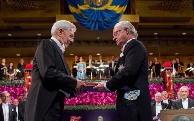 Mario Vargas Llosa recibe el Premio Nobel de Literatura en el año 2010. (Foto Prensa Libre: Hemeroteca PL)