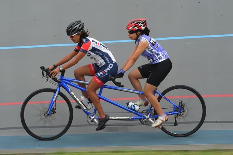 Nancy Higueros durante un entrenamiento junto a su guia Patricia Santos. (Foto Prensa Libre: Óscar Felipe)