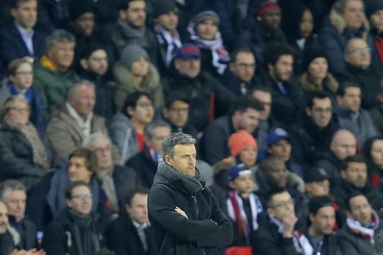 Luis Enrique, técnico del FC Barcelona, observa el partido que su equipo perdió por goleada 4-0 contra el PSG en la Liga de Campeones de Europa. (Foto Prensa Libre: AP)