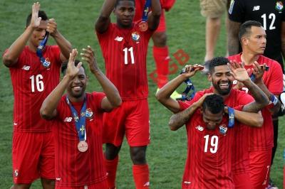 Los jugadores de la Selección de Panamá festejan el tercer puesto de la Copa Oro 2015. (Foto Prensa Libre: AFP)