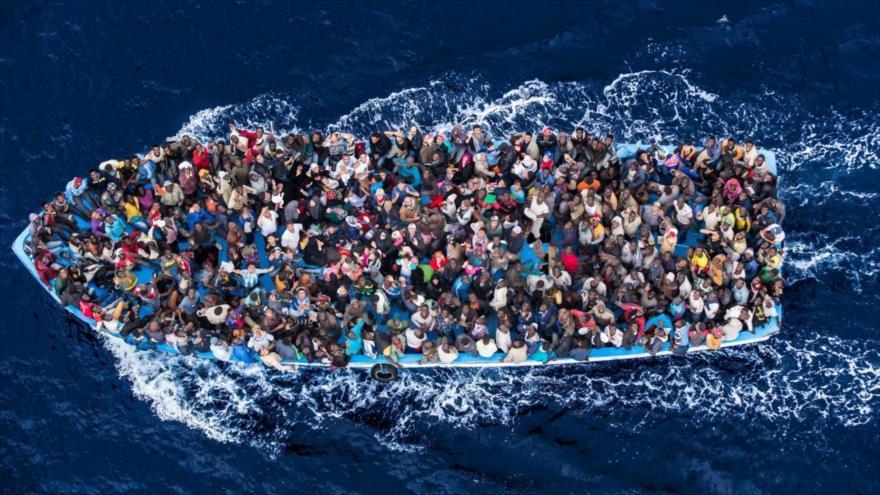 <span>Un barco de inmigrantes que intentan llegar a Europa a través del mar Mediterráneo.</span>
