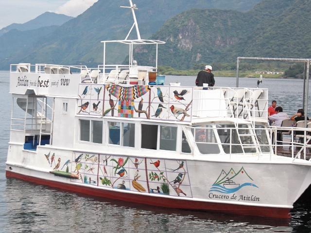 El crucero que cruza el lago de Atitlán tiene capacidad para transportar a 110 personas, y su decoración recrea la naturaleza del país.