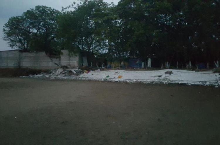 Muro caído en escuela en Zacapa. Foto Prensa Libre: Conred.