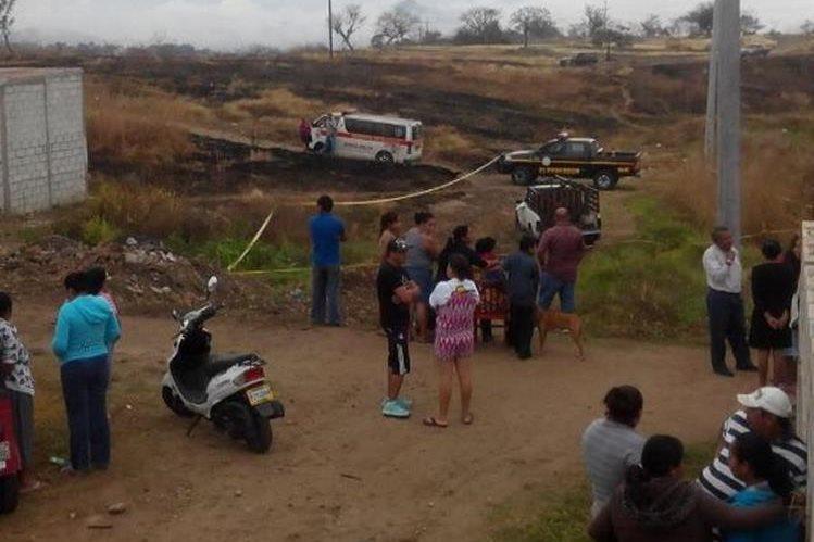 Vecinos llegan a identificar el cadáver del lechero, en la colonia Las Viñas, Sanarate, El Progreso. (Foto Prensa Libre: Hugo Oliva).