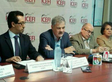 Juan Alberto Fuentes Knight se dirige a los medios de comunicación en conferencia de prensa. (Foto Prensa Libre: Natiana Gándara)