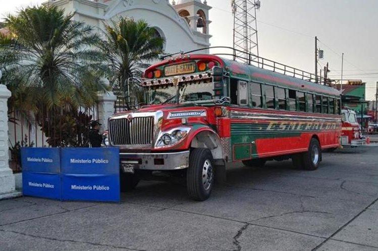 Autobús tomado por asalto en Siquinalá, Escuintla, donde una persona murió. (Foto Prensa Libre: Carlos E. Paredes)