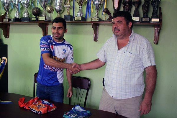 Amaury Escoto es presentado ante los medios de comunicación por Amílcar Alvarado, presidente de Suchitepéquez (Foto Prensa Libre: Melvin Popá)
