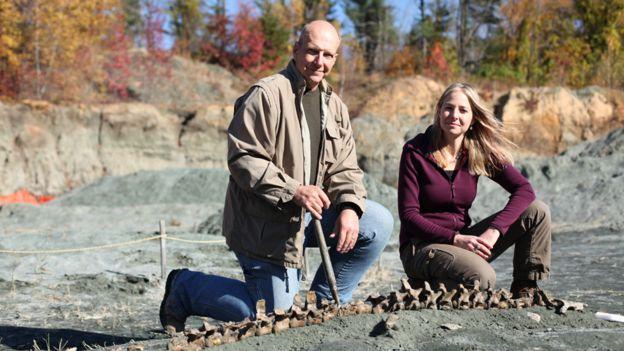 Alice Roberts visitó una cantera de Nueva Jersey con el paleontólogo Ken Lacovara. BARCROFT PRODUCTIONS/BBC