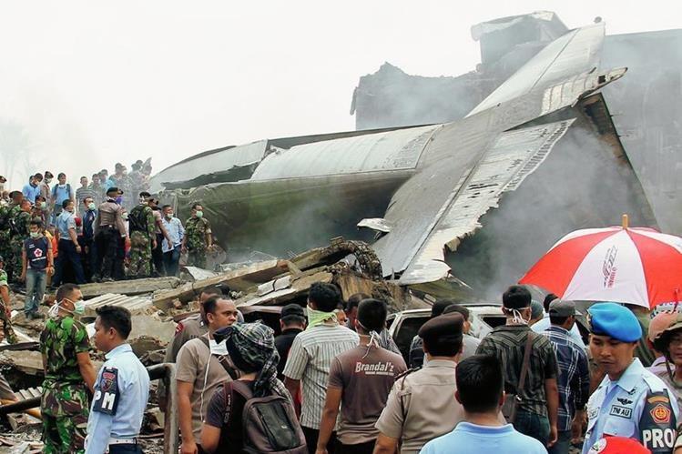 Personal militar inspecciona restos del avión que se estrelló en Indonesia. (Foto Prensa Libre:AP).
