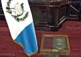 El ejemplar original de la Constitución Política que se resguarda en el Congreso de la República. (Foto Prensa Libre: Hemeroteca)