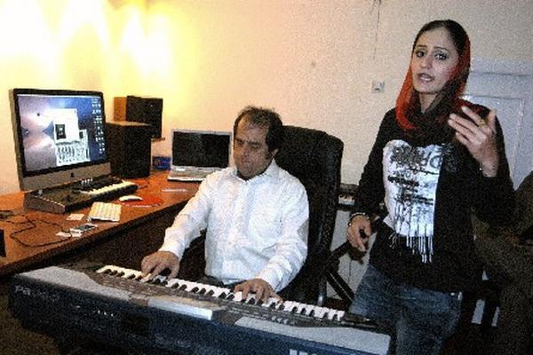<p>Susan Firoz, la primera rapera afgana, ensaya en su estudio de Kabul. <br></p>