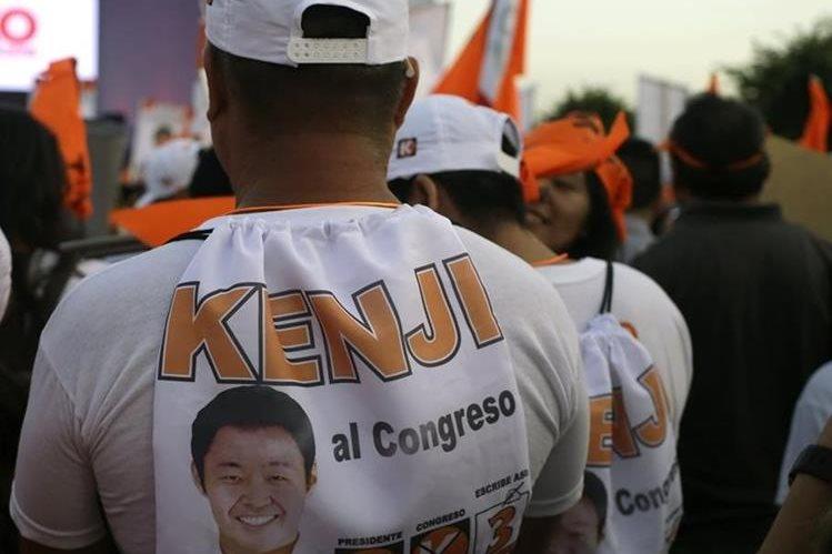 Un simpatizante de Kenji Fujimori viste una playera con la imagen de su candidato. (Foto Prensa Libre: AP).