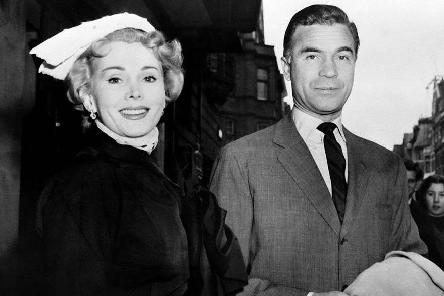 Zsa Zsa Gabor junto a Porfirio Rubirosa, durante un viaje a París en 1954. (Foto Prensa Libre: AFP)