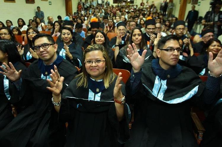 Los graduandos hacen el gesto que significa aplausos durante la celebración. (Foto Prensa Libre: Álvaro Interiano)