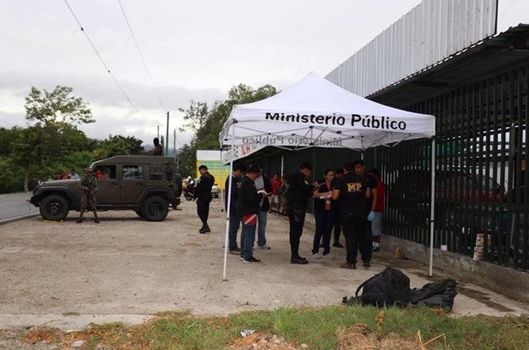 Fiscales del MP recaban evidencias en el lugar del crimen, en Chiquimula. (Foto Prensa Libre: Mario Morales)