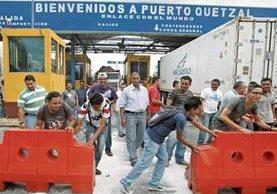 Gestores de aduanas independientes bloquearon la entrada de Puerto Quetzal en marzo del 2016, en rechazo a la carnetización.