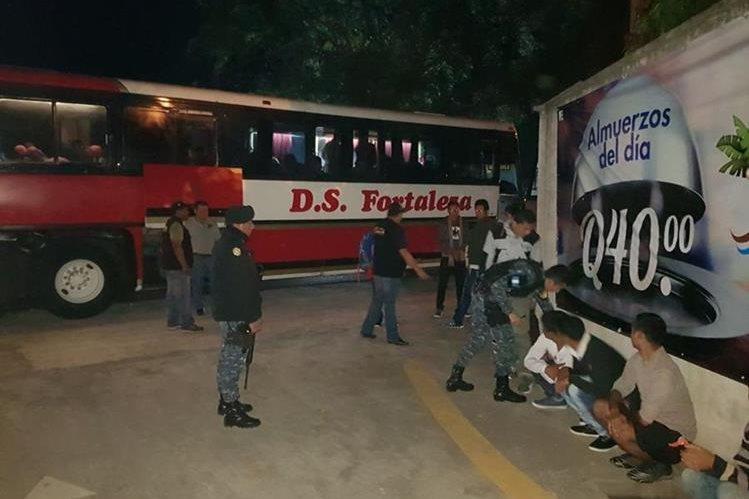 Los ciudadanos nepalíes viajaban en un bus extraurbano sin documentos. (Foto Prensa Libre: PNC)