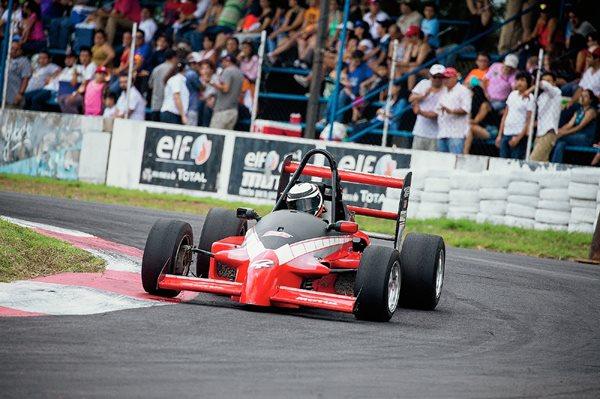 Mauricio Roque en la Fórmula Mazda en el Autódromo Pedro Cofiño. (Foto Prensa Libre: Gabriel López).