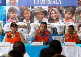 El presidente Jimmy Morales viajó este martes a Alta Verapaz para verificar los daños provocados por la lluvia y la ayuda humanitaria. (Foto Prensa Libre: Presidencia)