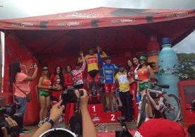 El ciclista guatemalteco Alder Torres (c) en el acto de premiación de la primera etapa de la Vuelta a Guatemala (Foto Prensa Libre: Carlos Vicente)