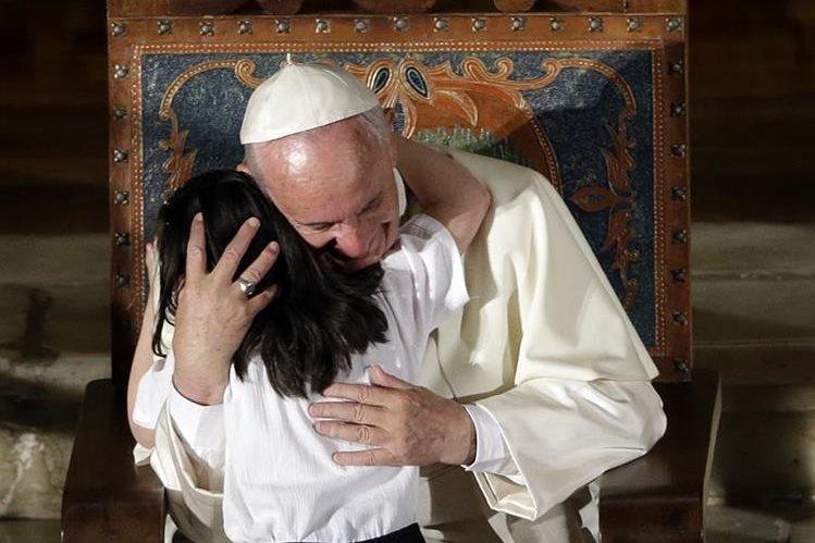 El papa Francisco ha sido accesible y cariñoso con los niños que se acercan a pedir su bendición. (Foto Prensa Libre: AFP).