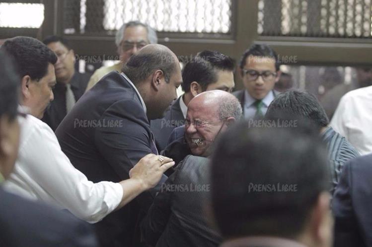 Momento en que el abogado Mario Sanler cae al piso. (Foto Prensa Libre: Edwin Bercián)