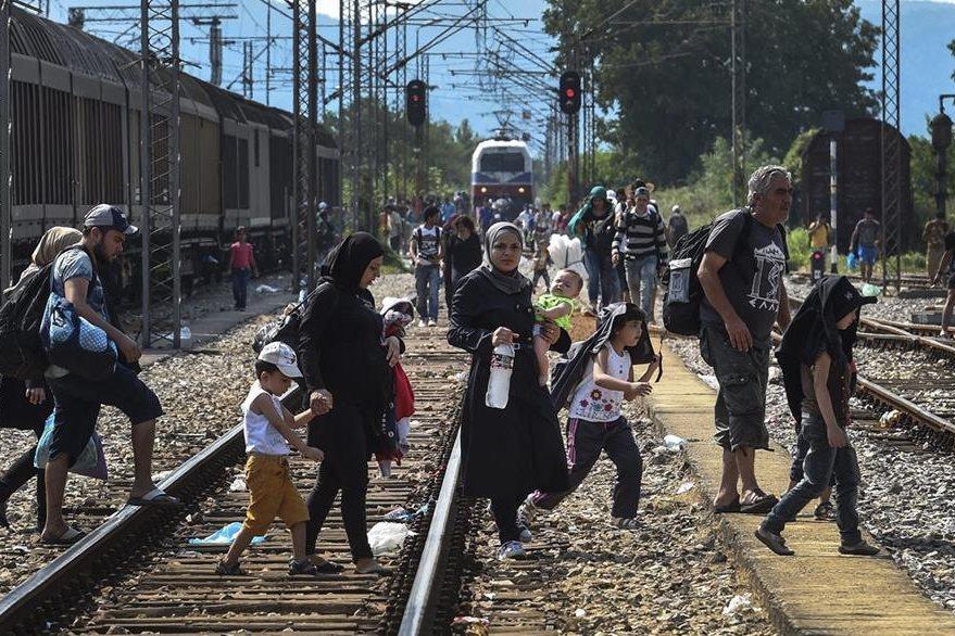 """Inmigrantes esperan la llegada de un tren que cada vez los acerque más a los países """"ricos"""" de Europa, ya que huyen de África y Asia. (Foto Prensa Libre: EFE)."""