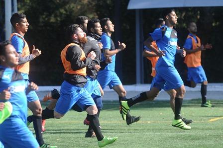 Los jugadores cremas se preparan para el próximo duelo contra Deportivo Petapa. (Foto Prensa Libre: Francisco Sánchez).