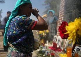Mujer de la colonia Pacux, Rabinal, Baja Verapaz, donde murieron 177 indígenas en 1982, llora junto a altar por las víctimas.(Foto Prensa Libre: ACAN-EFE)
