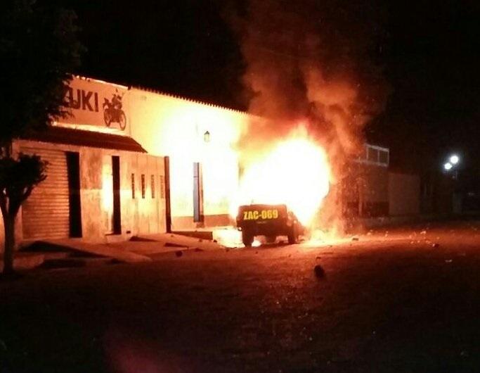 Autopatrulla arde en llamas frente a la subestación de la PNC. (Foto Prensa Libre: Cortesía)