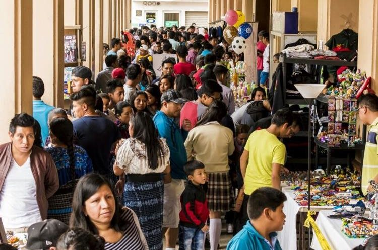 Pobladores asisten a una de las exposiciones de juguetes efectuada en el área urbana de San Juan Sacatepéquez. (Foto Prensa Libre: Cortesía Collectors San Juan).