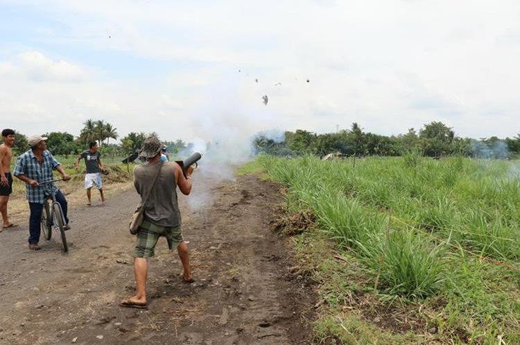 Invasores utilizaron bombas pirotécnicas para alejar a los antimotines. Foto Prensa Libre: Enrique Paredes.